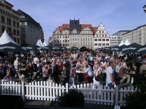 Publikum auf dem Markt zu den Leipziger Markttagen