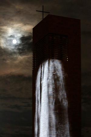 """Per Videoinstallation fließt aus der Propsteikirche St. Trinitatis ein """"Wasserfall"""" auf den Ring"""