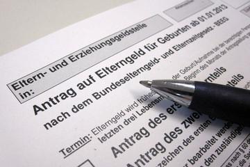 Bild wird vergrößert: Antrag auf Elterngeld, darauf liegend ein Kugelschreiber