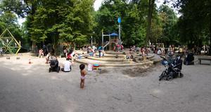 Spielplatz mit Kindern und verschiedenen Spielgeräten