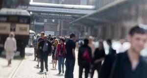 Besucher auf dem Gelände der Leipziger Baumwollspinnerei