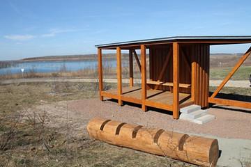 Bild wird vergrößert: Foto des neu fertiggestellten Rastplatzes mit Blick auf den Zwenkauer See im Frühling