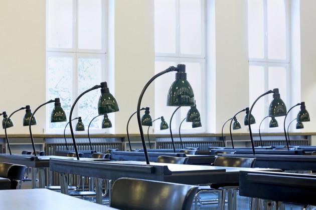 Lesesaal mit vielen Tischen und Schreibtischlampen in der Deutschen Nationalbibliothek