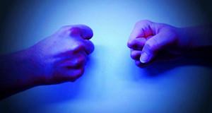 Zwei geballte Fäuste (blauer Filter)