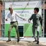 Zwei Stepptänzer auf einer Bühne im Freien