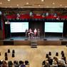 Podium und Besucher in einem großen Saal bei einer Demokratiekonferenz