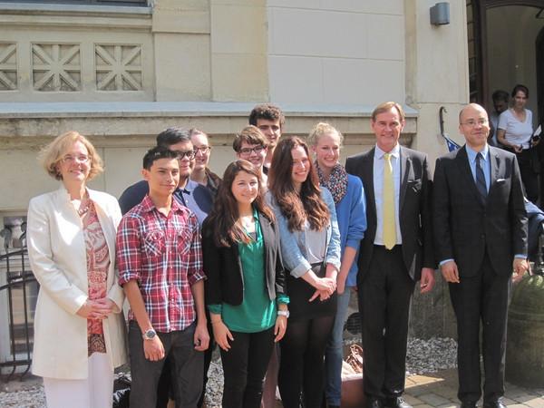 Gruppenfoto der Austauschschüler mit Oberbürgermeister Burkhard Jung im Innenhof des US-Generalkonsulats Leipzig