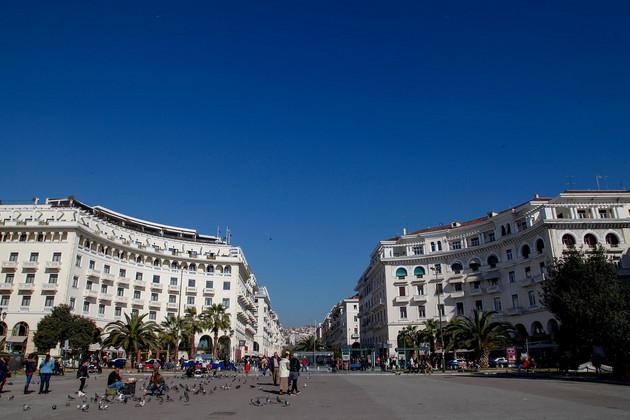 Belebter Platz Aristotelous Plaza in der Innenstadt Thessalonikis.