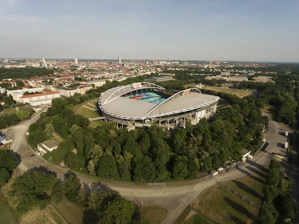 Luftbild der Red Bull Arena in Richtung Stadtzentrum