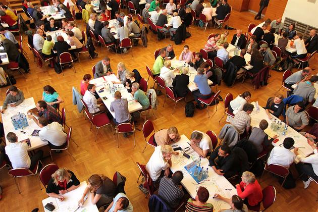 Blick von oben auf die Diskussion an den Tischen