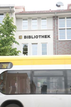 Bibliothek Mockau - Buslinie 70 hält vor dem Haus
