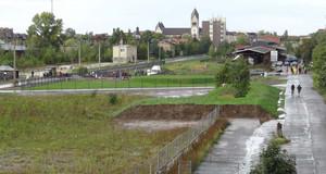 Blick über unbefestigten Weg des Plagwitzer Bürgerbahnhofs zur Taborkirche