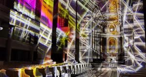 An die Innenwände der Nikolaikirche sind Lichtlinien, Farbfelder und Schattenflächen projiziert.
