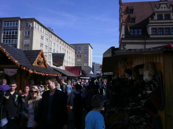 Viele Besucher flanieren zwischen den Ständen zu den Leipziger Markttagen