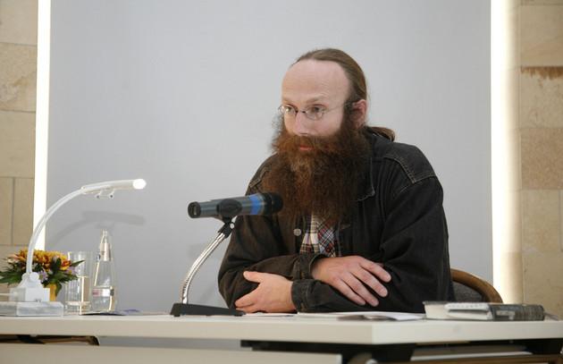"""Rainer Müller bei der Lesung des Textes """"Plagwitz"""" von Wolfgang Hilbig während des Tags der Stadtgeschichte 2011."""