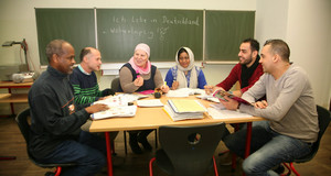 Asylbewerberinnen und -bewerber aus Somalia, Libyen, Syrien, Pakistan und dem Libanon besuchen einen Deutschkurs an der Leipziger Volkshochschule