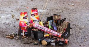 Verbrauchte Raketen, Böller und Feuerwerksbatterien auf der Starße