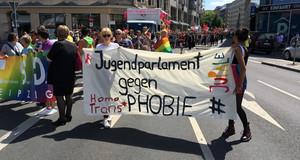 Eine Banner auf der CSD-Demo in der Leipziger Innenstadt mit der Aufschrift Jugendparlament gegen Trans und Homophobie