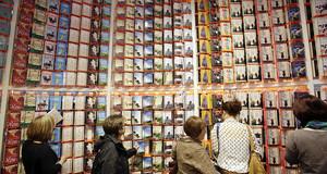 Vier Leserinnen stehen vor einer meterhohen Bücherwand