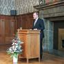 Oberbürgermeister Burkhard Jung steht hinter einem Rednerpult und spricht zu den Gästen.