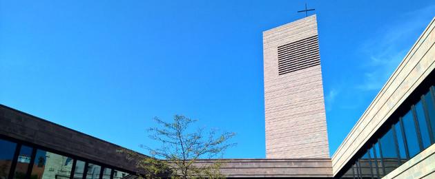 Propsteikirche Leipzig Blick vom Innenhof zum Kirchturm hoch mit blauem Himmel