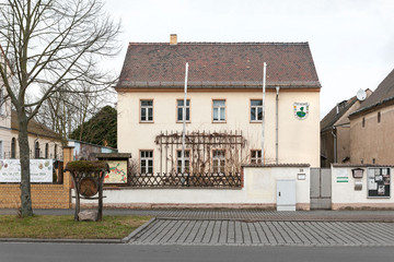 Bild wird vergrößert: Kleiners zweistöckiges Gebäude der Naturschutzstation Plaußig.
