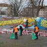 Akteure des Vereins Urban Souls gestalteten am 27. März 2015 das Graffiti am Theatrium neu.