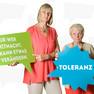 """Zwei Frauen zur Statementkampagne zum Jahr der Demokratie mit grüner Sprechblase auf der steht: """"Nur wer mitmacht, kann etwas verändern."""" und mit blauer Sprechblase """"Toleranz""""."""
