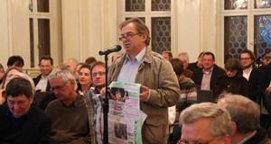 Ein Bürger spricht am Mikrofon während einer Diskussionsveranstaltung zum Standort des Leipziger Freiheits- und Einheitsdenkmals.