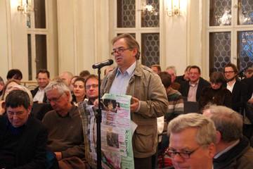 Bild wird vergrößert: Ein Bürger spricht am Mikrofon während einer Diskussionsveranstaltung zum Standort des Leipziger Freiheits- und Einheitsdenkmals.