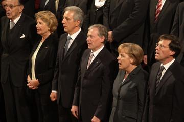 Bild wird vergrößert: Singende Menschen beim Festakt 20 Jahre Friedliche Revolution im Gewandhaus