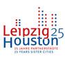"""Logo mit Schriftzug """"Leipzig"""" in rot, """"Houston"""" in blau, daneben eine blaue 25, darunter """"25 Jahre Partnerstädte"""" und """"25 years sister cities"""""""