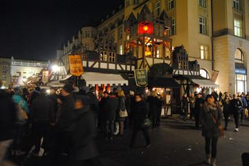 """Bild wird vergrößert: Historischer Weihnachtsmarkt """"Alt Leipzig"""" mit abendlichen Besuchern"""