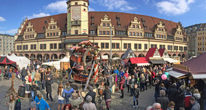 Viele Marktstände und historisches Holzriesenrad zum Ostermarkt auf dem Markt vor dem Alten Rathaus