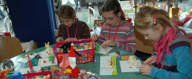 Kinder beim Basteln in der Wichtelwerkstadt des Leipziger Weihnachtsmarktes