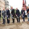 Oberbürgermeister Burkhard Jung und Andere mit Schaufel bei einem symbolischen Spatenstich