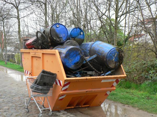Befüllter Sperrmüllcontainer