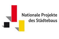 Logo mit schwarz-rot-goldenen Balken und Schriftzug Nationale Projekte des Städtebaus