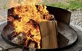 Feuerschale mit brennendem Lagerfeuer