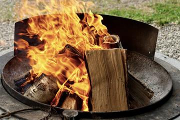Bild wird vergrößert: Feuerschale mit brennendem Lagerfeuer