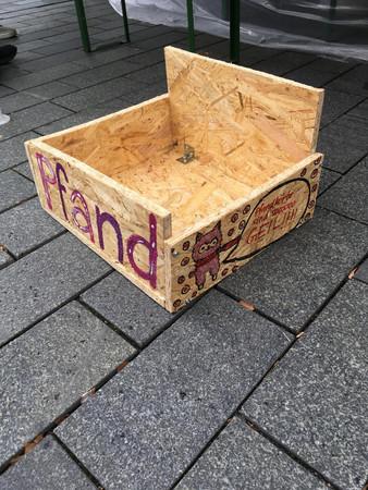 Eine Kiste aus Sperrholz mit der Aufschrift Pfand