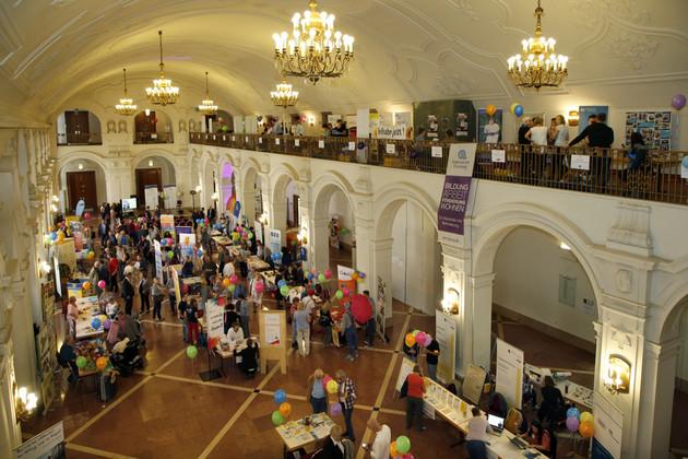 Der Markt der Möglichkeiten in der Oberen Wandelhalle des Neuen Rathauses ist hier von oben zu sehen.