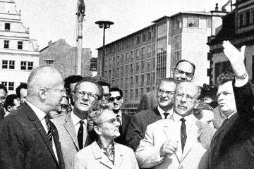 Bild wird vergrößert: 800-Jahr-Feier 1965 in Leipzig: Walter Ulbricht informiert sich über den Fortgang der Bauarbeiten in der Innenstadt.