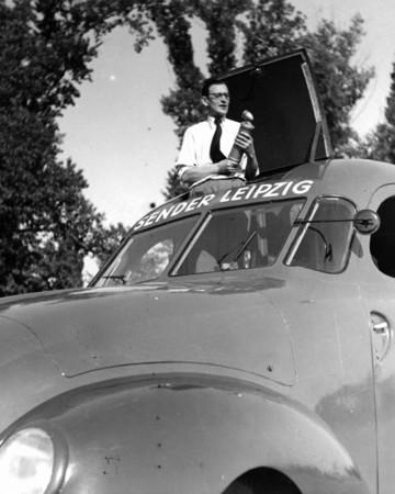 Das Foto zeigt einen Übertragungswagen des Rundfunksenders Leipzig im Jahr 1949.