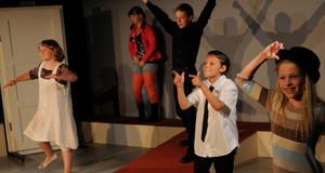 Kinder treten im Theatrium auf und spielen ein Stück