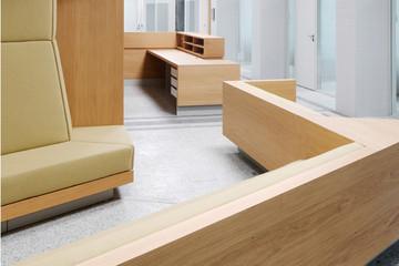 Bild wird vergrößert: Modernen Holztresen und Wartebänke im Leipziger Finanzamt