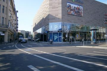 Bild wird vergrößert: Straße die zu den Höfen am Brühl führt mit der Einfahrt zum Parkhaus in den Höfen am Brühl