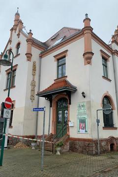 Bild wird vergrößert: Außenansicht des Gebäudes, das der Heimatverein Miltitz nutzt. Auf einem Straßenschild davor steht Rosenstraße.