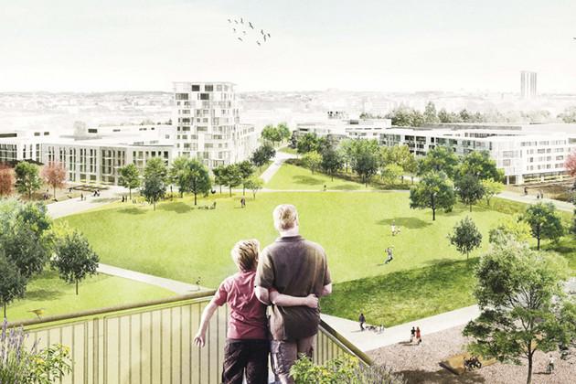 Vater mit Sohn blicken Arm in Arm vom Balkon auf eine Grünfläche mit Gebäuden im Hintergrund.