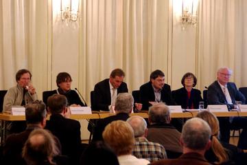 Bild wird vergrößert: Tobias Hollitzer stellt die Ergebnisse der Expertenwerkstatt vor. Er sitzt auf dem Podium.